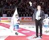 Peter Stastny a été ovationné pendant plusieurs minutes, samedi, au centre de la patinoire du Centre Vidéotron.