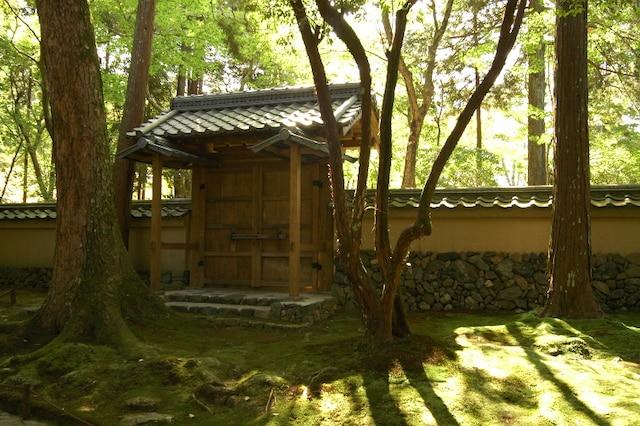 Le jardin du Saiho-ji est entouré d'un long mur dont la construction très minutieuse a dû nécessiter des milliers d'heures de travail.