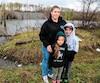 Martine Labelle et ses deux enfants habitent à une trentaine de mètres d'un «dépotoir» (que l'on voit en arrière-plan), dans le quartier Bellefeuille à Saint-Jérôme.