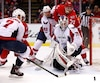 Le gardien Braden Holtby, des Capitals, bloquant le tir d'Andreas Athanasiou (72) des Red Wings.