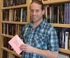 Frédéric Fortin, qui a décroché de l'école à l'âge de 15 ans, avec seulement une partie de son imposante collection de livres.