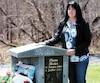 L'auteure Vicky Giroux pose près de la pierre tombale de sa belle-sœur et confidente Diane Bizier, décédée dans la tragédie ferroviaire de Lac-Mégantic.