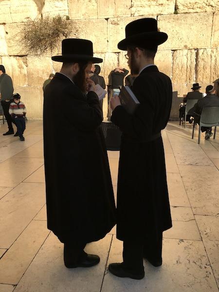 Les juifs ultra-orthodoxes arrivent au Mur pour la prière de  shabbat en fin de journée, vêtus de leurs chapeaux et  manteaux noirs, Torah à la main, souvent perdus dans leurs  pensées.