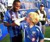 Didier Drogba a fait le bonheur d'un jeune partisan, mercredi, en signant son maillot.