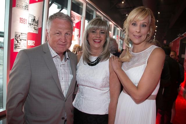 Yvon Michel, Groupe GYM, et sa conjointe, Stéphanie Drolet, entourent la présidente et Éditrice du Journal de Montréal, Lyne Robitaille.