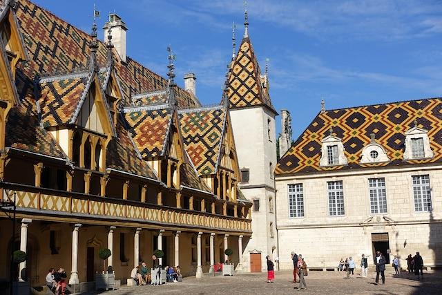 Les hospices de Beaune sont le bâtiment le plus visité de Bourgogne, en France. Il s'agit d'un ancien hôpital du Moyen Âge construit en 1443 pour accueillir les pauvres .