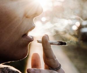 Il sera légal de fumer du cannabis à compter du 17octobre, mais pas partout.