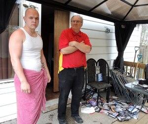 Charles-André Raymond-Martinelli et Claudio Martinelli ont découvert l'étendue des dégâts dans leur résidence jeudi. Un pneu flottait dans les quelques pieds d'eau du sous-sol. Ils ont aussi réuni une pile de DVD trempés sur leur perron.