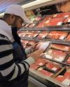 Pour Juan Hernandez-Villafuerte, grand consommateur de viande hachée, ce ne sont pas les annonces de contamination qui vont l'empêcher d'acheter chez Loblaws où il fait son épicerie.