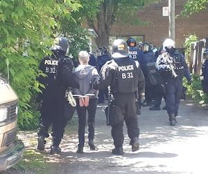 Les policiers procèdent à plusieurs interpellations d'individus.