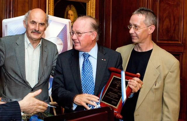 L'ancien premier ministre du Québec, Bernard Landry, a reçu le prix Pierre-Bourgault pour son engagement envers la cause souverainiste, le 22 juin 2008. Bernard Landry est entouré de Guy Bouthillier et de Francois Saint-Louis.