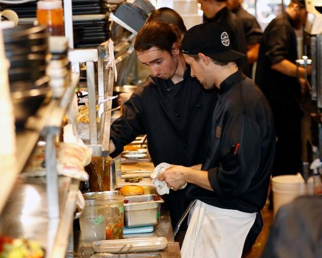 Les coulisses d'un restaurant de la Grande Allée lors de la plus grosse soirée du FEQ.