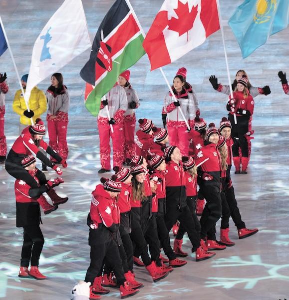 Les athlètes du Canada avaient l'esprit à la fête lors de la cérémonie de clôture. Tandis que des amuseurs animaient la cérémonie, le grand biathlète français Martin Fourcade se prêtait au jeu des égoportraits.