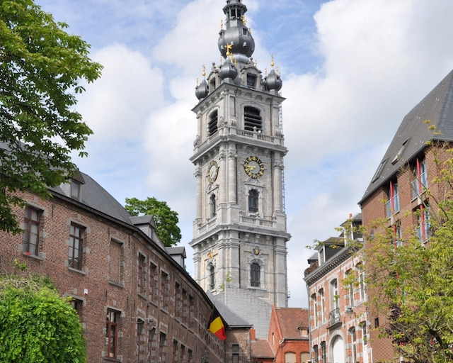 Le beffroi de Mons, haut de 87 m, est classé au patrimoine de l'humanité par l'UNESCO.