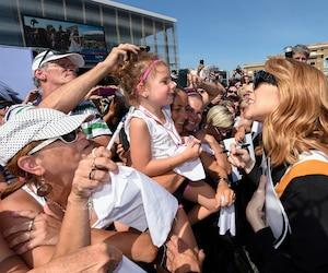 La chanteuse Celine Dion rencontre ses fans devant le Centre Videotron de Quebec
