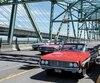 Des voitures d'époque ont traversé l'ancienne structure en guise d'adieu, lundi, avec en arrière-plan le nouveau pont Samuel-De Champlain.