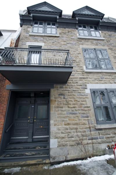 8. La maison que Cohen possède encore à Montréal. Située en face du parc du Portugal, sur le Plateau Mont-Royal, c'est un pied-à-terre pour l'artiste ainsi que pour son fils Adam. Leonard Cohen a récemment raconté que les gens du voisinage allaient encore faire leur lavage dans la demeure.