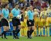 Carol Anne Chénard, Marie-Josée Charbonneau et Suzanne Morisset quelques minutes avant le début de la finale de soccer féminin entre l'Allemagne et la Suède.