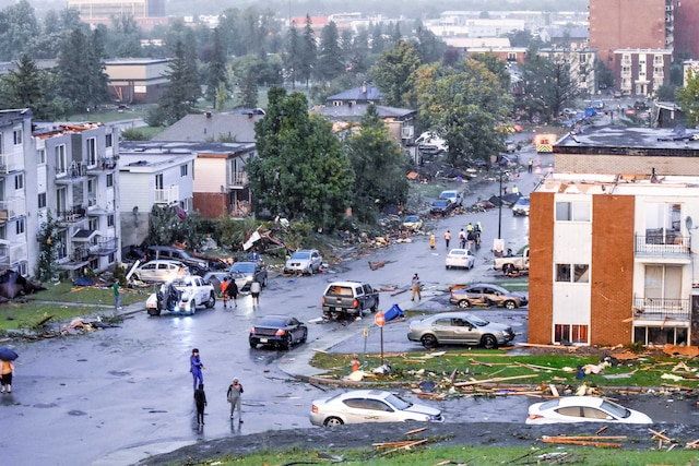 Des centaines de personnes ont été évacuées à Gatineau en raison de la tornade qui a traversé le quartier Mont-Bleu vendredi.