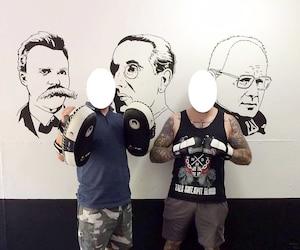 Sur les murs du club, on peut voir les visages de Friedrich Wilhelm Nietzsche, Julius Evola et Dominique Venner, des penseurs du 20e siècle. Le groupuscule base son idéologie sur les écrits de ces auteurs et philosophes.