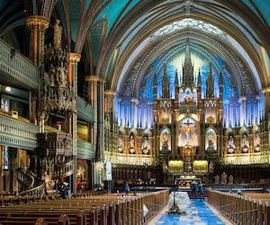 Les touristes étaient toujours admis en après-midi mercredi à l'intérieur de la basilique Notre-Dame. Les préparatifs de sécurité ont débuté en soirée afin d'accueillir jeudi la chapelle ardente de René Angélil, mari de Céline Dion.