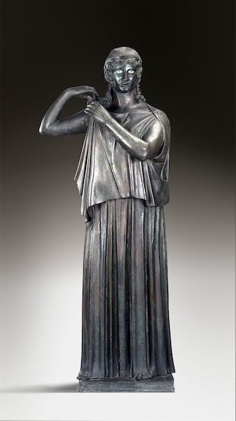 Pièce maîtresse de l'exposition: la jeune femme agrafant son péplos