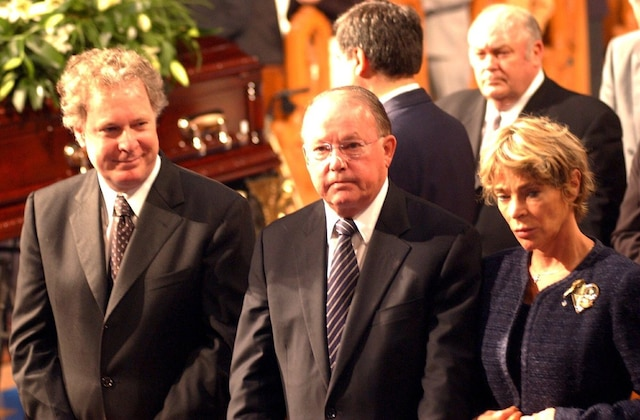 Jean Charest, Bernard Landry et sa conjointe Chantal Renaud aux funérailles de Pierre Bourgault, le 21 juin 2003.