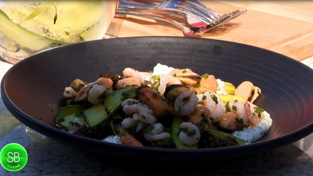Salade d'asperges et concombres grillés, crevettes, moules fumées et crème sure