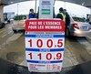 À Québec, Costco vendait son litre d'essence à un prix proche du dollar, hier. Les Montréalais, eux, doivent payer des taxes gouvernementales supplémentaires.