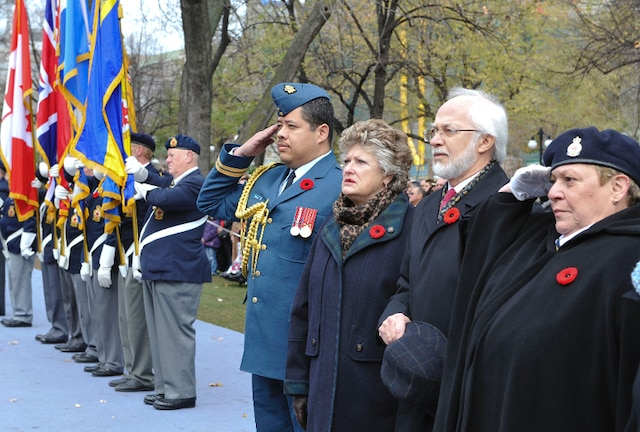 Le Lieutenant-gouverneur du Québec, Pierre Duchesne assistant à la cérémonie du jour du Souvenir, à Montréal.