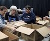 Des bénévoles s'activent à Repentigny pour la préparation des paniers de Noël qui seront distribués le lendemain.