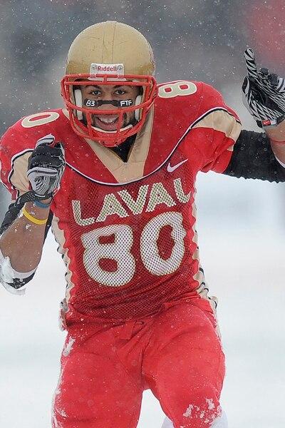 Junior Seydou Hadara du Rouge et Or de l'Université Laval jubile après une interception contre les Dino's de l'Université de Calgary  pendant le match de la Coupe Vanier.