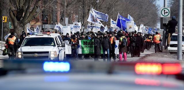 Manifestation des employés syndiqués de l'Université Laval de Québec. Les employés manifestent devant la maison du recteur Denis Brière sur la Grande Allée.