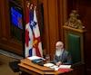 Le drapeau du Québec réapparaît à l'hôtel de ville de Montréal dans la salle du conseil.