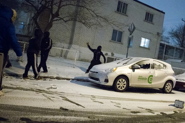 Un manifestant croqué en flagrant délit de vandalisme contre un véhicule d'autopartage.
