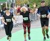 Yvette Drapeau a terminé avec brio son premier marathon dans les rues de Québec et de Lévis aux côtés de ses enfants.En passant la ligne d'arrivée, elle a levé les bras au ciel pour saluer son défunt mari.