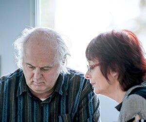 Un pensionnaire de la maison Carpe Diem, Jean Gaudreault, est en train de jouer une partie de cartes, sur sa tablette, en compagnie de l'intervenante Jacinthe Cyr.