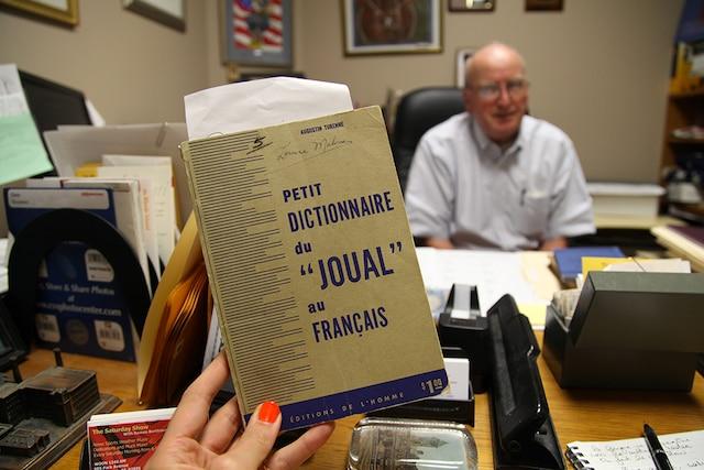 Raymond Bacon, 76 ansest co-directeur du Museum of Work and Culture et ancien professeur d'histoire.Il parle très bienfrançais puisqu'il est allé àl'école paroissale bilingue.
