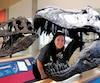 Jacynthe Verville dans la gueule de la réplique du crâne de la Black Beauty, un TRex découvert en Alberta dans les années1980, au T.rex Discovery Center, à Eastend, en Saskatchewan.