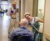 Les clowns utilisent beaucoup la chanson pour établir un contact. L'artiste Laura Lacoste s'est inscrite au certificat en gérontologie pour mieux comprendre les personnes âgées et intervenir auprès d'elles.