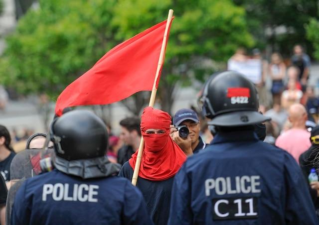 Les antiracistes ont fait face aux policiers.