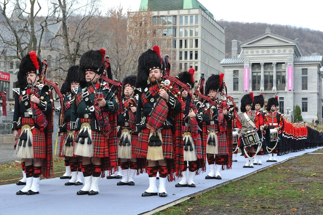 La cérémonie, organisée par la Légion royale canadienne, a débuté avec un défilé militaire, sur le campus de l'Université McGill, à Montréal.