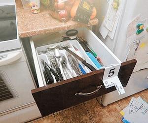Maxime Labrecque, accusé du meurtre prémédité de son ex, se rappelle avoir ouvert le tiroir d'ustensiles dans la cuisine d'Isabelle Lavoie, le 13 septembre 2016.