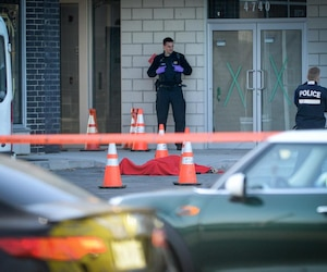 Le corps d'Andrew Scoppa a été recouvert d'une couverture par les policiers qui ont constaté son décès, vers 8h hier matin, près d'un centre d'entraînement de l'arrondissement Pierrefonds, dans l'ouest de Montréal.
