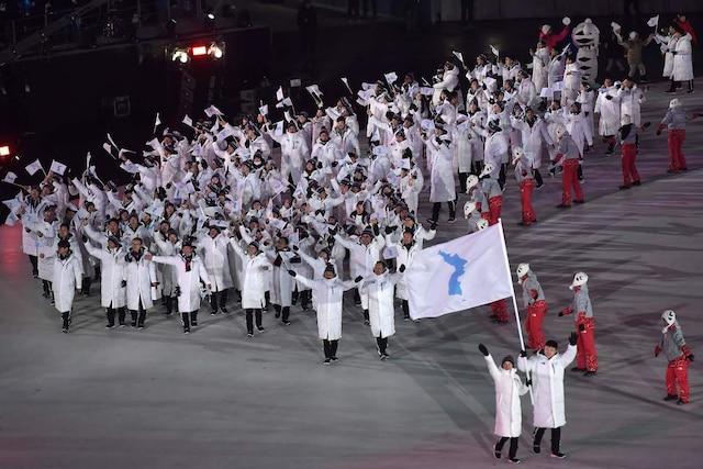 Les sportifs de Corée du Nord et de Corée du Sud défilent ensemble à Pyeongchang.