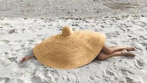 Ce chapeau est complètement exagéré