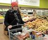 Jessica Fortin dénonce l'augmentation des prix des aliments qui ont fait grimper sa facture depuis quelques années.