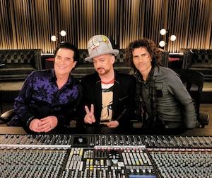Scott Borchetta, Boy George et Stephan Moccio travaillent main dans la main dans la série de téléréalité musicale <i>The Launch</i>.