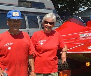 «Piloter un hydroplane, c'est comme faire du vélo, mais à plus grande vitesse», a blagué M. André L'heureux, qu'on voit en compagnie de sa conjointe Jacqueline Auclair.