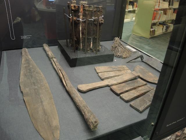 Un bouloir (1810-1838) : C'est la première fois qu'un bouloir, dont l'aspect ressemble à une pagaie, est découvert au Québec. Cet outil (à gauche sur la photo) servait à déposer et retourner les peaux dans les cuves de tannerie, lors des étapes de lavage et de trempage des peaux avec des tannins.